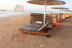 Различни размери дървени шезлонги за плаж